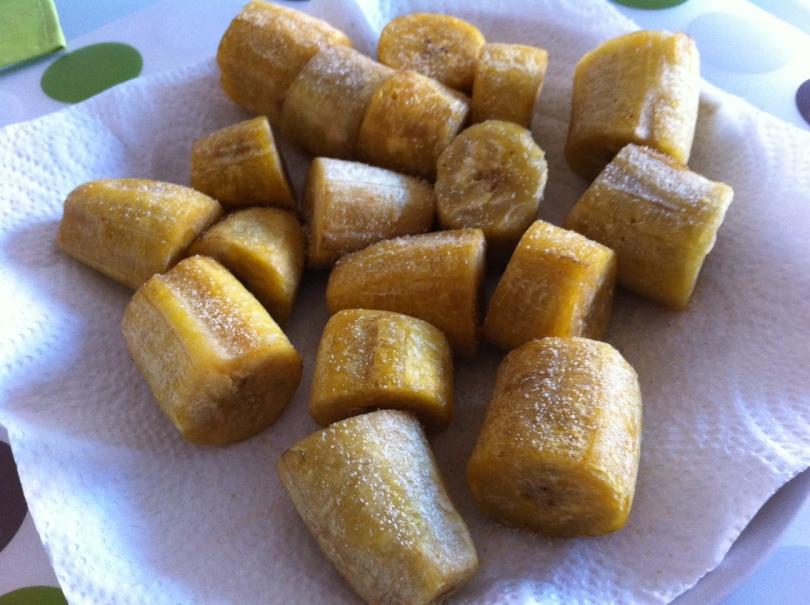 Tostones cortados y dorados después de la primera cocción