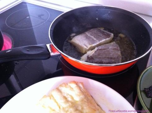 Fríe los lomos de bacalao de dos en dos.